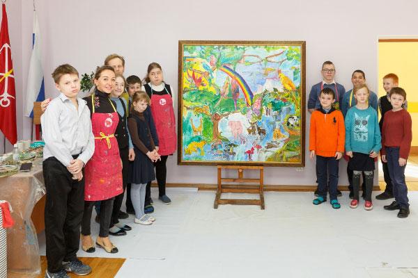 Большая картина «В мире животных» написана учениками специальной школы №565 Санкт-Петербурга