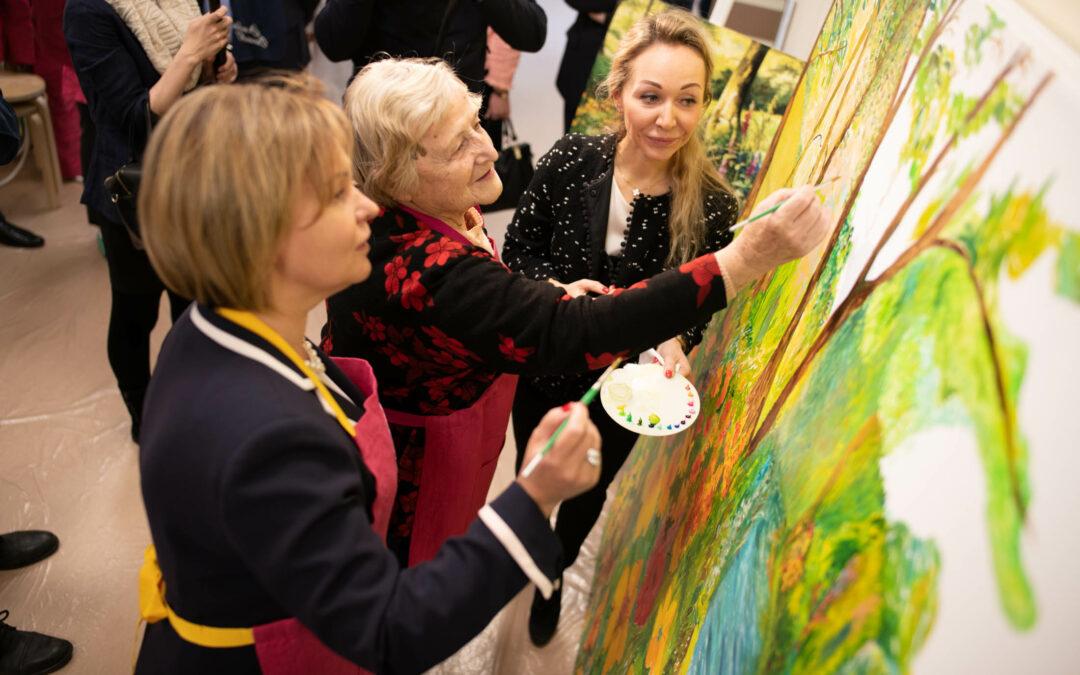 Пациенты Госпиталя для ветеранов войн при участии вице-губернатора Анны Митяниной нарисовали трехметровую картину маслом