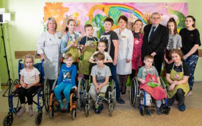 В честь Дня рождения Колпинской детской больницы состоялась акция «Рисуем вместе», в которой принял участие прокурор Эдуард Артюхов