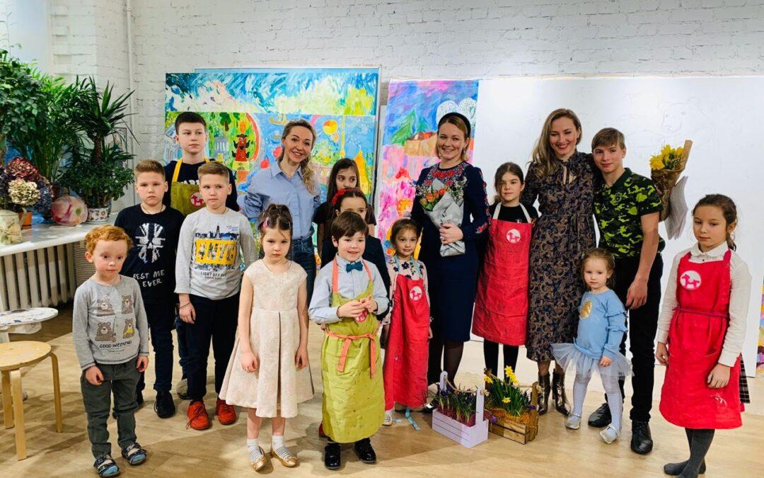 В проекте «Рисуем вместе» ученики студии Валерии Лошак создают пятиметровую обложку для книги детской писательницы Таисии Бартовой