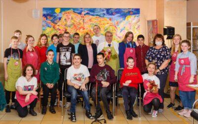 Cтаршеклассники 13-й коррекционной школы создали монументальную картину в рамках проекта «Рисуем вместе», в котором принял участие прокурор Эдуард Артюхов
