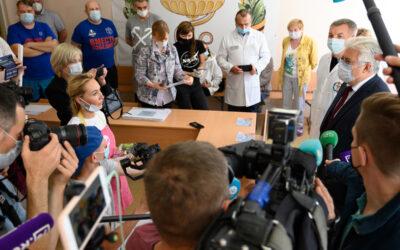 В Центре реабилитации Госпиталя ветеранов войн пациенты и врачи в рамках проекта Валерии Лошак «Рисуем вместе»  написали монументальное полотно «Цветы России»