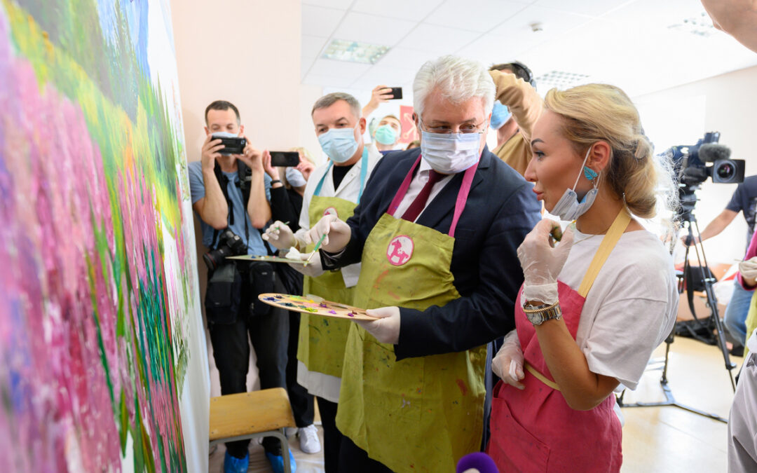 «Город+». Арт-терапия: переболевшие COVID-19 жители Петербурга нарисовали гигантскую картину