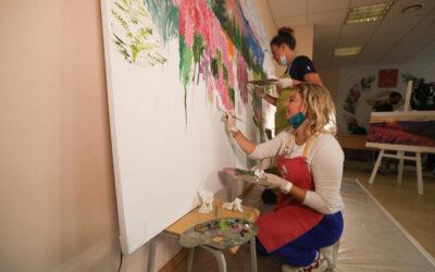 Петербургский дневник. Яркими красками в обычный мир. Пациенты, перенесшие COVID-19, нарисовали монументальное полотно «Цветы России»